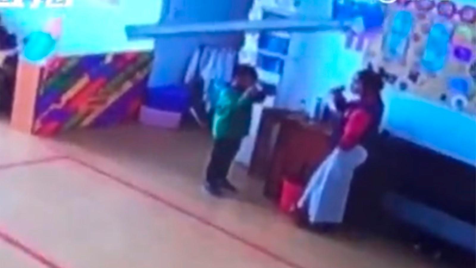 Miss castiga a alumnos haciéndolos beber agua hirviendo (VIDEO).