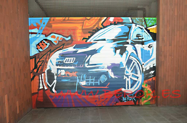graffiti street art en puerta de parking