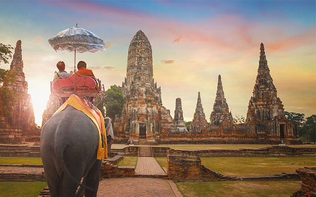 Bên cạnh đó, những ảnh hưởng của Hindu giáo cũng lan tỏa trong đời sống – đặc biệt là hoàng tộc, với rất nhiều đền đài, kiến trúc ở các vùng cố đô như Sukhothai, Ayutthaya vẫn còn hiện hữu những dấu chỉ mang ảnh hưởng này.