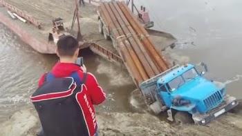Ρώσος οδηγός φορτηγού δεν υπολογίζει σωστά και φέρνει την καταστροφή! [video]