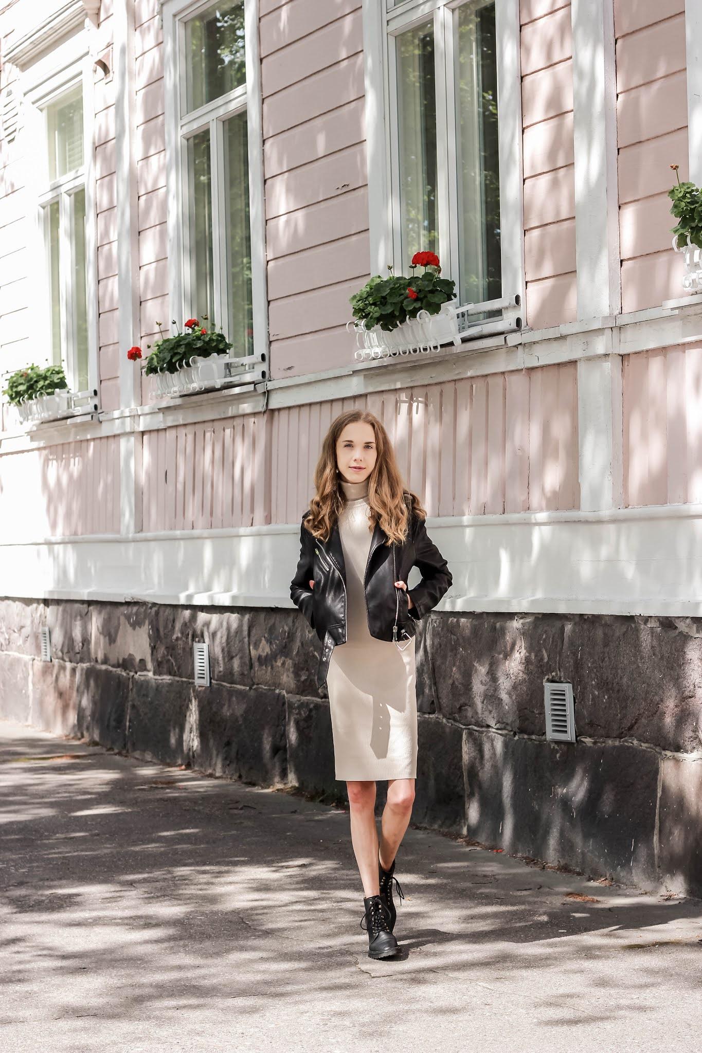 Transitional outfit with jumper dress and leather jacker - Asuinspiraatio, beige neulemekko ja nahkatakki