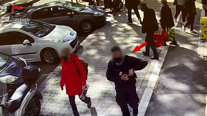 Camuffato da vigilante, rapina tre banche armato di pistola