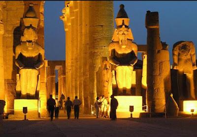 Temple de Louxor avec éclairage de nuit en Egypte