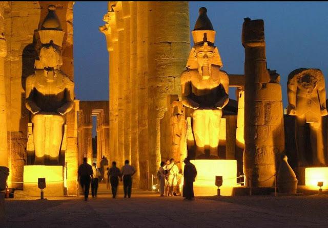 Temple de Louxor avec éclairage de nuit