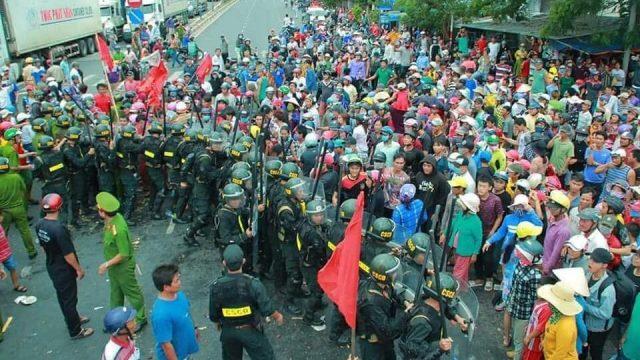 Người dân Phan Rí - Bình Thuận nổi dậy: Sẵn sàng đáp trả nếu bị đàn áp!