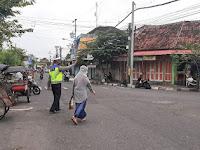 Polsek Kraton Bantu Penyeberangan Jalan di Depan Pasar Ngasem
