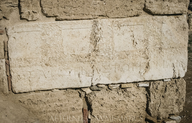 Sillar labrado con inscripción griega