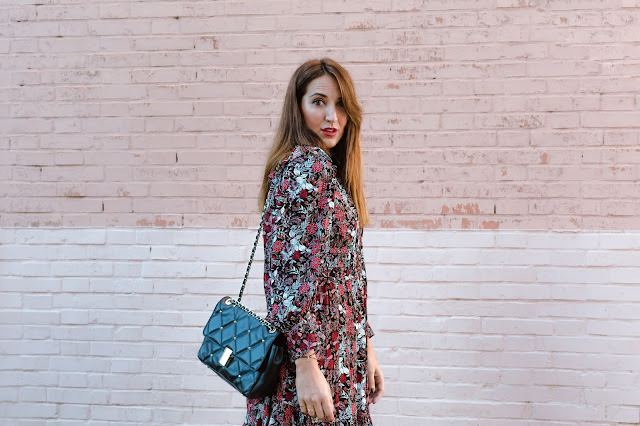 Fashion South con vestido de flores Sfera y botas moteras