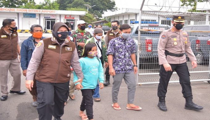 Tim Dokkes dan Trauma Healing Polda Lampung Sambut Kedatangan Jenazah Korban Pesawat SJ-182