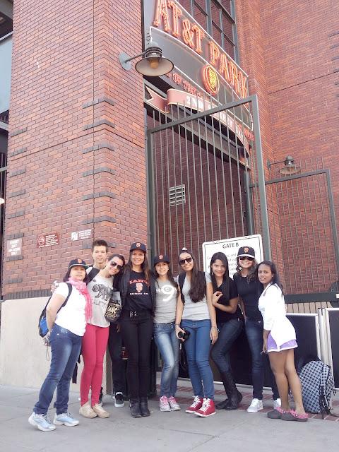 nove pessoas posando para uma foto