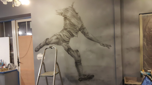 Malowanie murali, portret Lewandowskiego na ścianie w barze