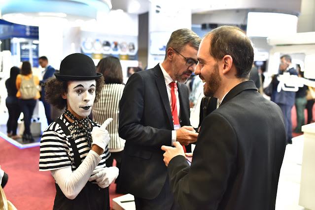 A atração mímico de Humor e Circo foi contratada para interagir com os convidados entre os stands e momentos de coffe break entre as palestras