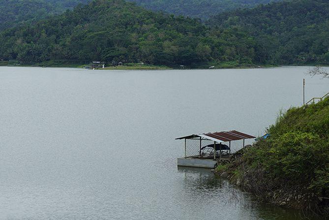 Perahu nelayan tersandar di tepian waduk