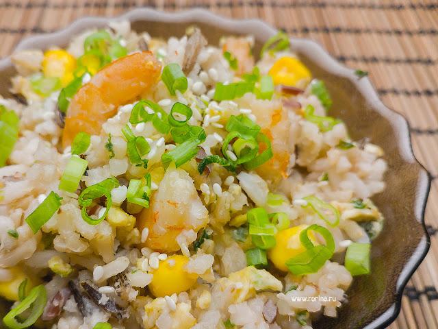 Жареный рис с яйцом и креветками: рецепт с фото