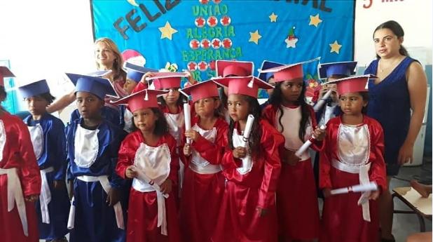 Alunos da Educação Infantil da Escola Municipal Antônia Cordeiro em Olho d'Água do Casado  participam de Cerimônia de Formatura do ABC