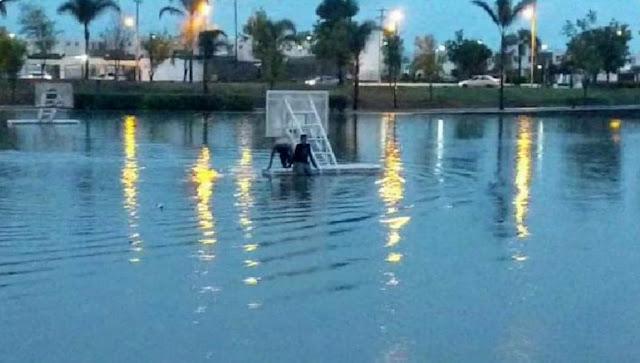 En Querétaro rescatan a joven por intentar nadar en canchas inundadas por la lluvia