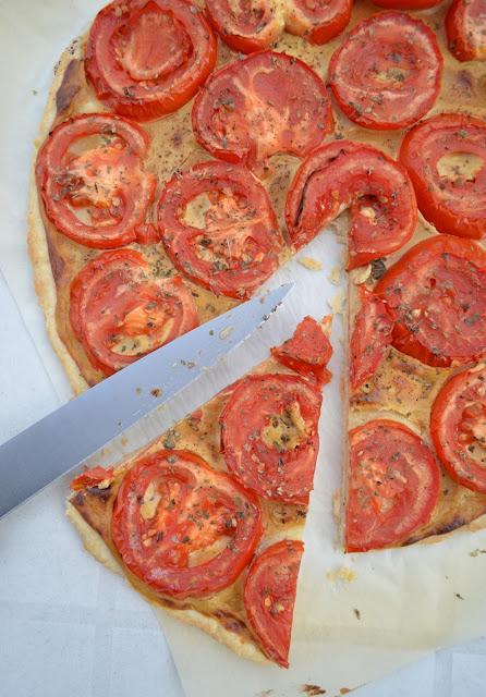 Tarte plate à la moutarde et aux tomates