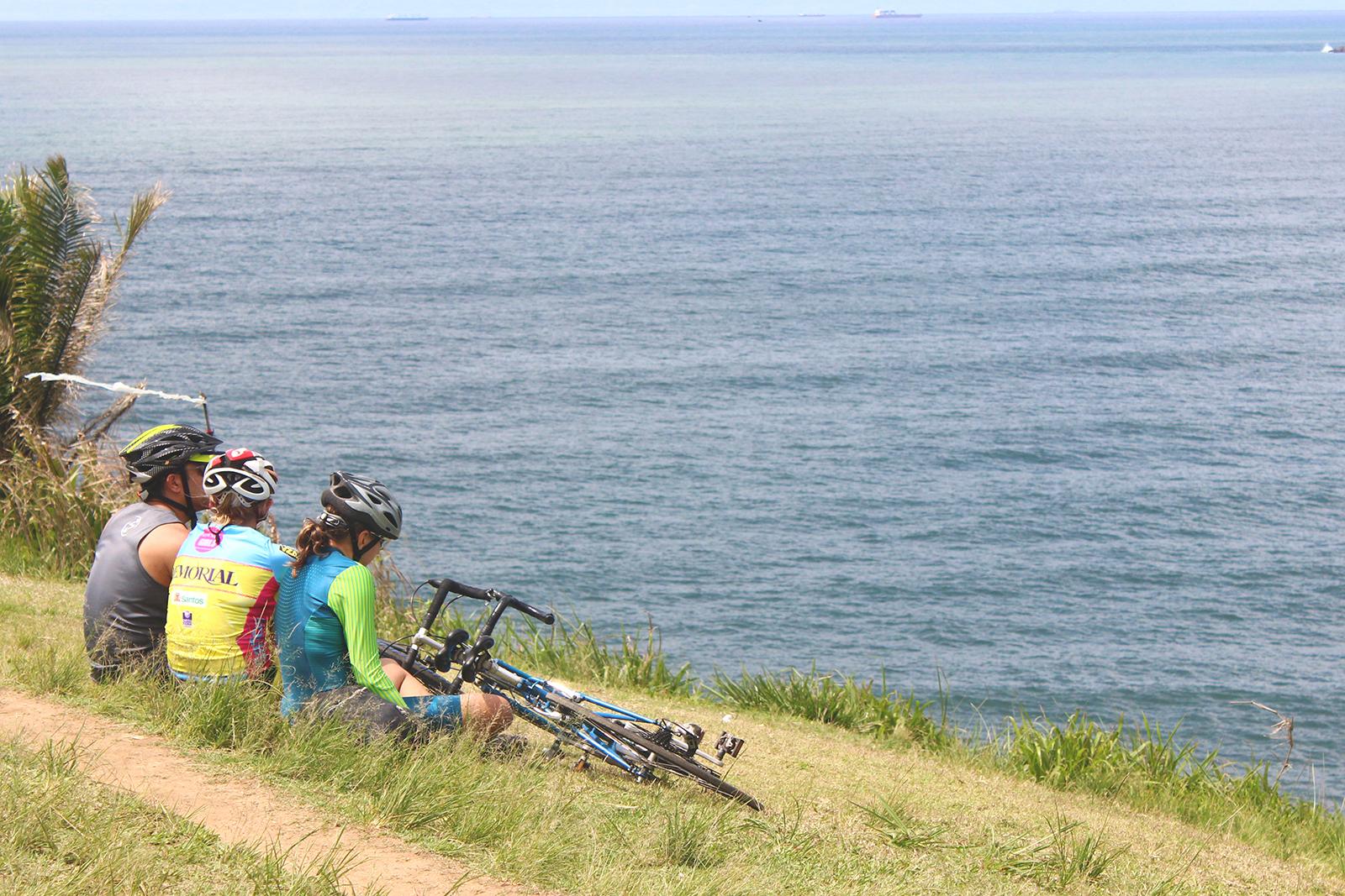ciclistas sentados observando paisagem