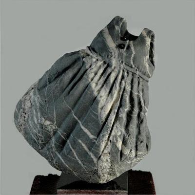 Vestido de niña de piedra.