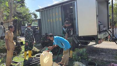 Satgas Zeni TNI AD Penuhi Kebutuhan Air Siap Konsumsi Bagi Warga Terdampak Banjir di Bima