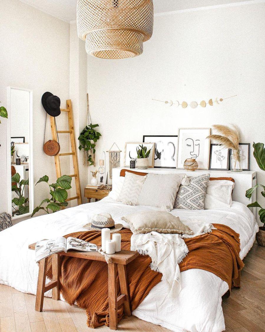Biel, boho i styl skandynawski, wystrój wnętrz, wnętrza, urządzanie domu, dekoracje wnętrz, aranżacja wnętrz, inspiracje wnętrz, interior design, dom i wnętrze, aranżacja mieszkania, modne wnętrza, home decor, boho, styl skandynawski, scandinavian style, białe wnętrza, sypialnia, łóżko, drewniana drabina