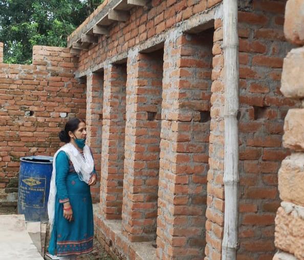 बलिया : निर्माणाधीन शौचालय की प्रगति देखने पहुंची खंड प्रेरक वीणावादिनी