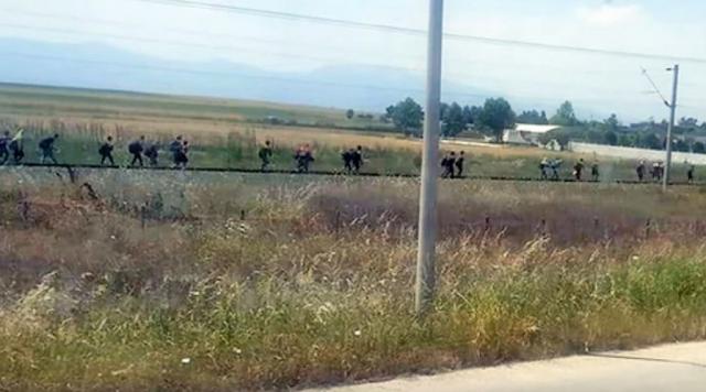 """Αυξάνονται οι """"πρόσφυγες"""" που κατευθύνονται προς τα ελληνοσκοπιανά σύνορα"""