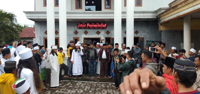 Bendahara BPD Desa Cidahu Diburu Ratusan Santri di Sukabumi