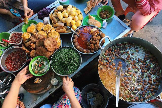 Nhắc đến ẩm thực Phan Thiết, du khách sẽ phải xuýt xoa trước nhiều món đặc sản hấp dẫn, đa phần là hải sản. Bên cạnh đó, các món ăn vặt tại thành phố biển này luôn thu hút mọi du khách đến thưởng thức, không chỉ ngon, đa dạng, các món ăn vặt ở đây còn có giá khá mềm.