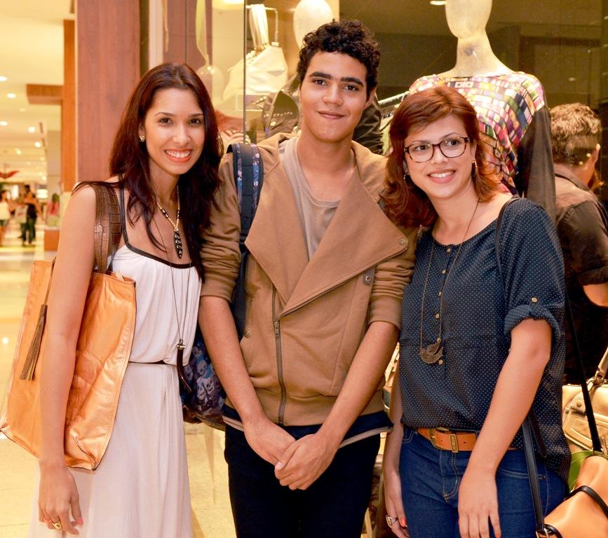 c3ab6ce68 ... pelos empresários Gabriela e Carlos Vieira - franqueados da marca e  criadores desta bacana iniciativa de se revelar novos talentos da moda  local.