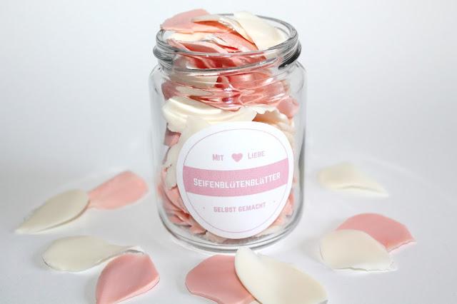 DIY, Basteln: Einmachglas Rosenblütenblätter + Free Printable in Geschenke aus dem Glas, Mitbringsel und Geschenkideen - DIYCarinchen