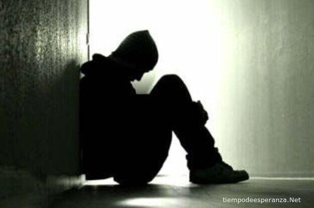 Joven triste y solo sin amigos