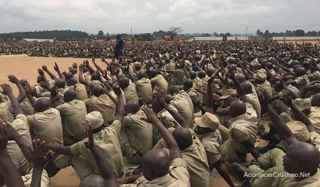 Policías ugandeses aceptan a Cristo
