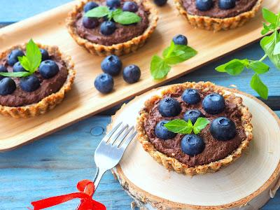 Mini tarty z musem czekoladowym i borówkami