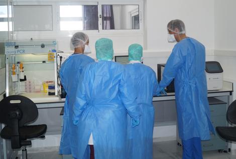 """مختبر """"كوفيد-19"""" في تطوان .. """"خلية نحل"""" تطارد فيروس """"كورونا"""""""