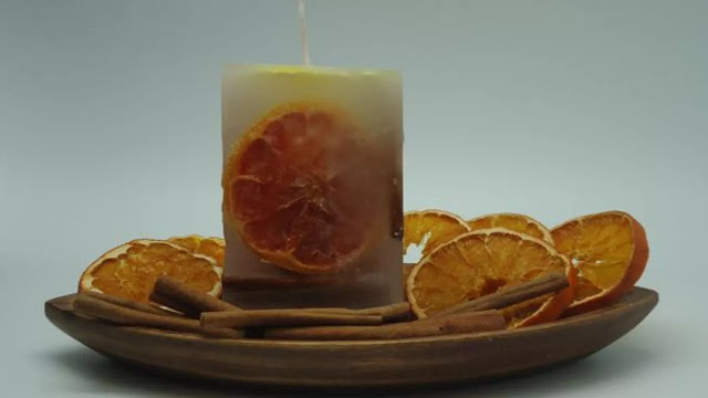 Vela con rodajas de naranja secas