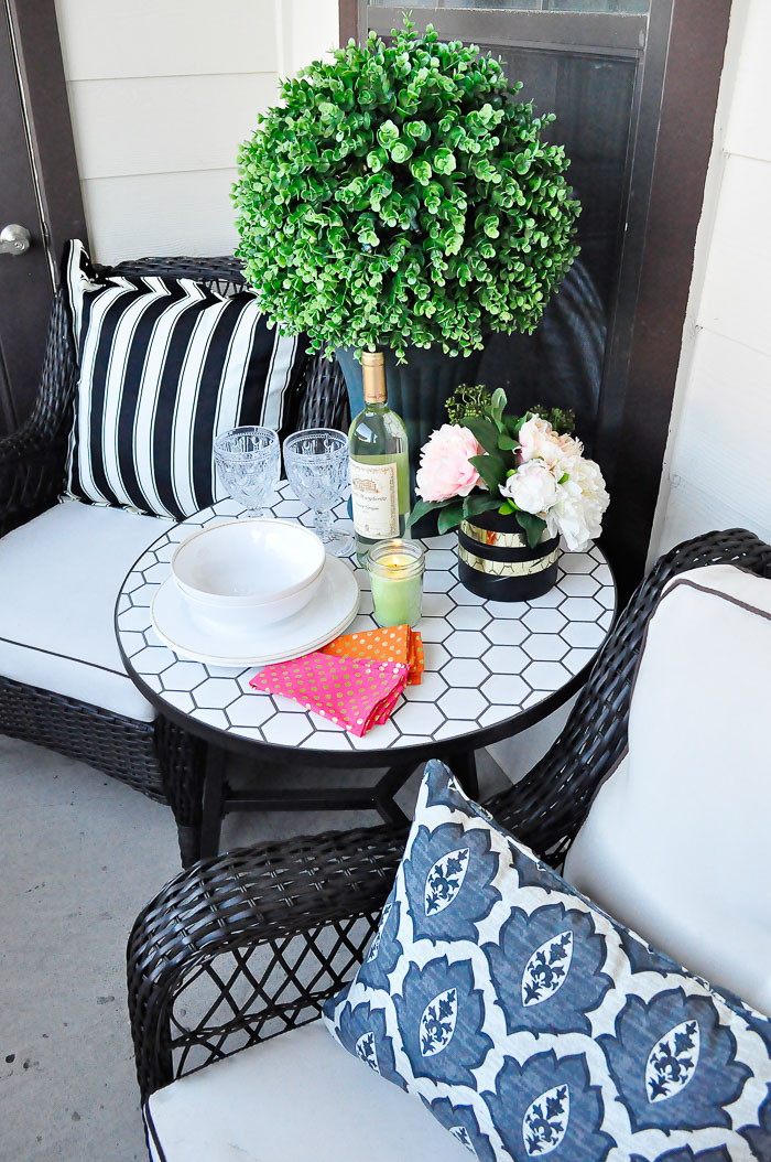 Apartment patio outdoor decor ideas monica wants it for Pictures of decorated small patios