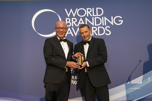 """MUNCHY'S Terima Anugerah """"Biscuit Brand of the Year"""" pada acara Anugerah Penjenamaan Dunia"""