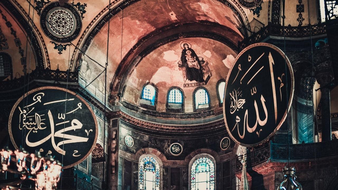 explica la arquitectura bizantina a través de la iglesia de santa sofía de constantinopla
