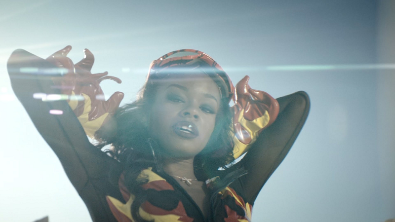 O primeiro single deve sair em outubro e, antes dele, ela lançará o clipe para uma música descartada pela Rihanna.
