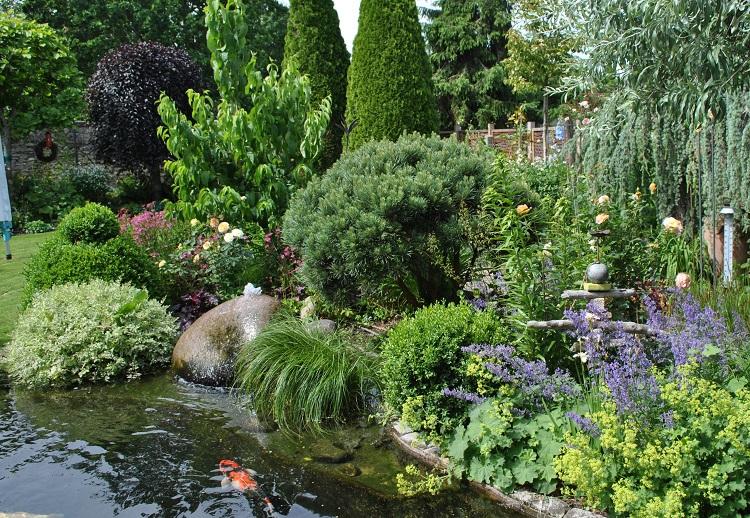 privater Garten mit Koi-Teich