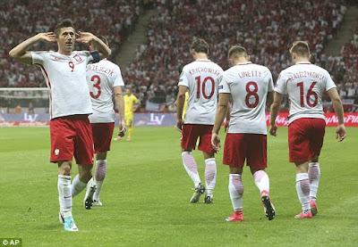 Robert Lewandowski festeja uno de sus goles en la eliminatoria Europa Rusia 2018 con los que Polonia venció a Rumania