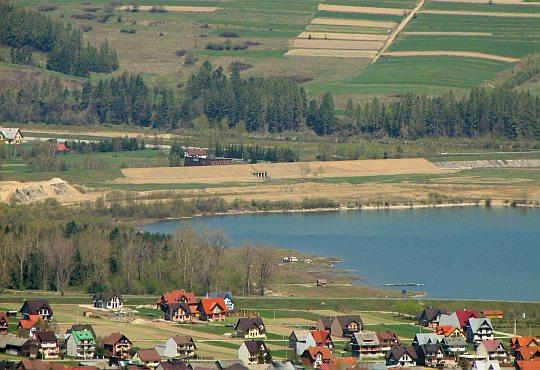 Zbliżenie na początek Jeziora Czorsztyńskiego