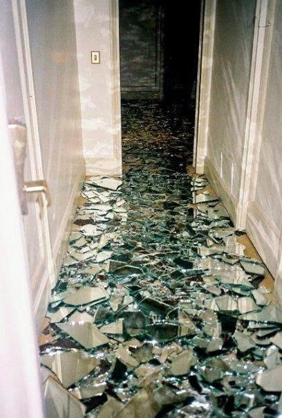 Die Wohngalerie Glasscherben Als Boden Eine Verrückte