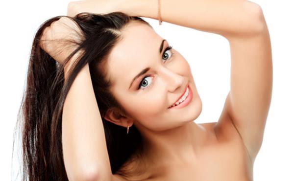 mulher com cabelo bonito, com as mãos no cabelo