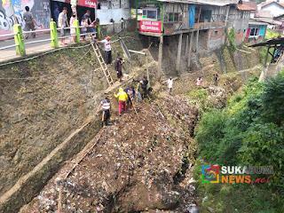 Sampah menggunung di bantaran Sungai Cibeureum