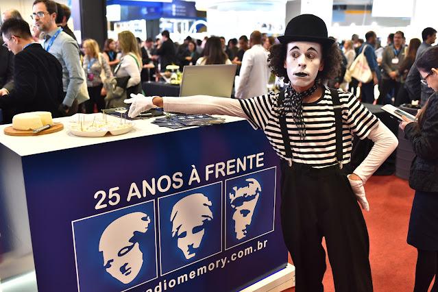 Artista de Humor e Circo Produtora em interação durante coquetel em congresso.