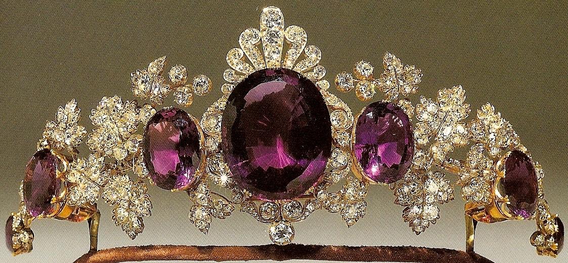 Тиару дополняет аметистовое ожерелье с большими аметистами в окружении  алмазов и аметистовый кулон. 733dccc4ce7b5