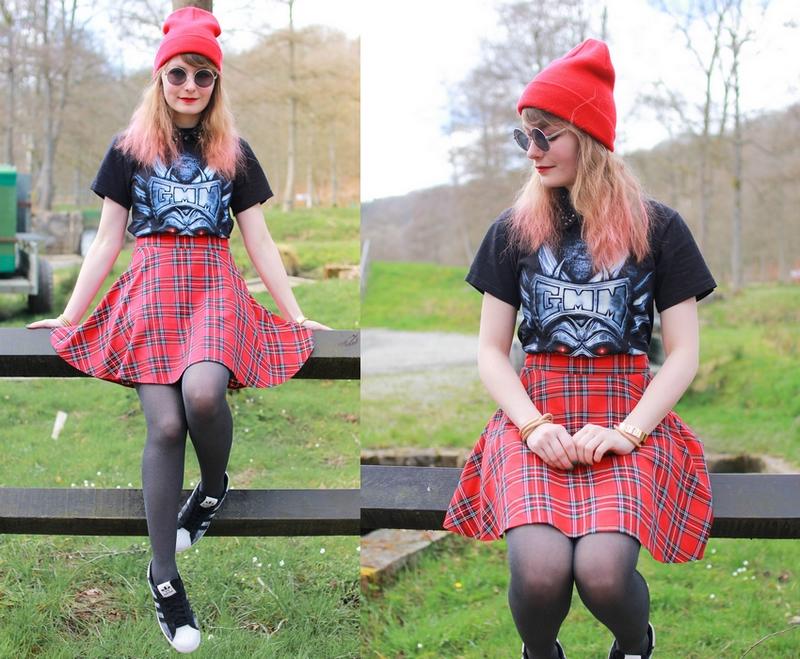 Tenue plus rock avec un t-shirt acheté dans un festival de metal et une jupe tartan rouge