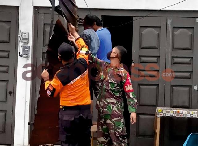 Babinsa Koramil 02/ Wih Pesam Bantu Warga Terdampak Angin Puting Beliung
